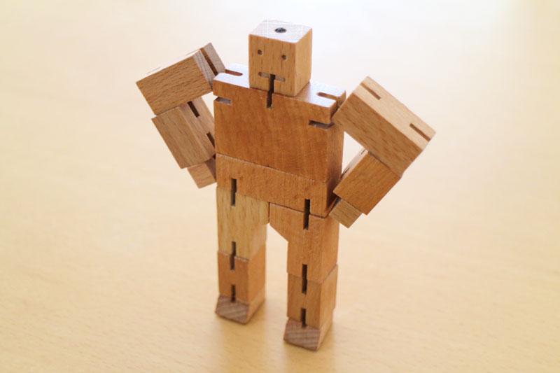 四角く変形する木のロボット「マイクロ キューボット ウッドトイ」