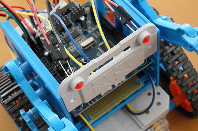「カムプログラムロボット工作セット」の目にLEDをセットする